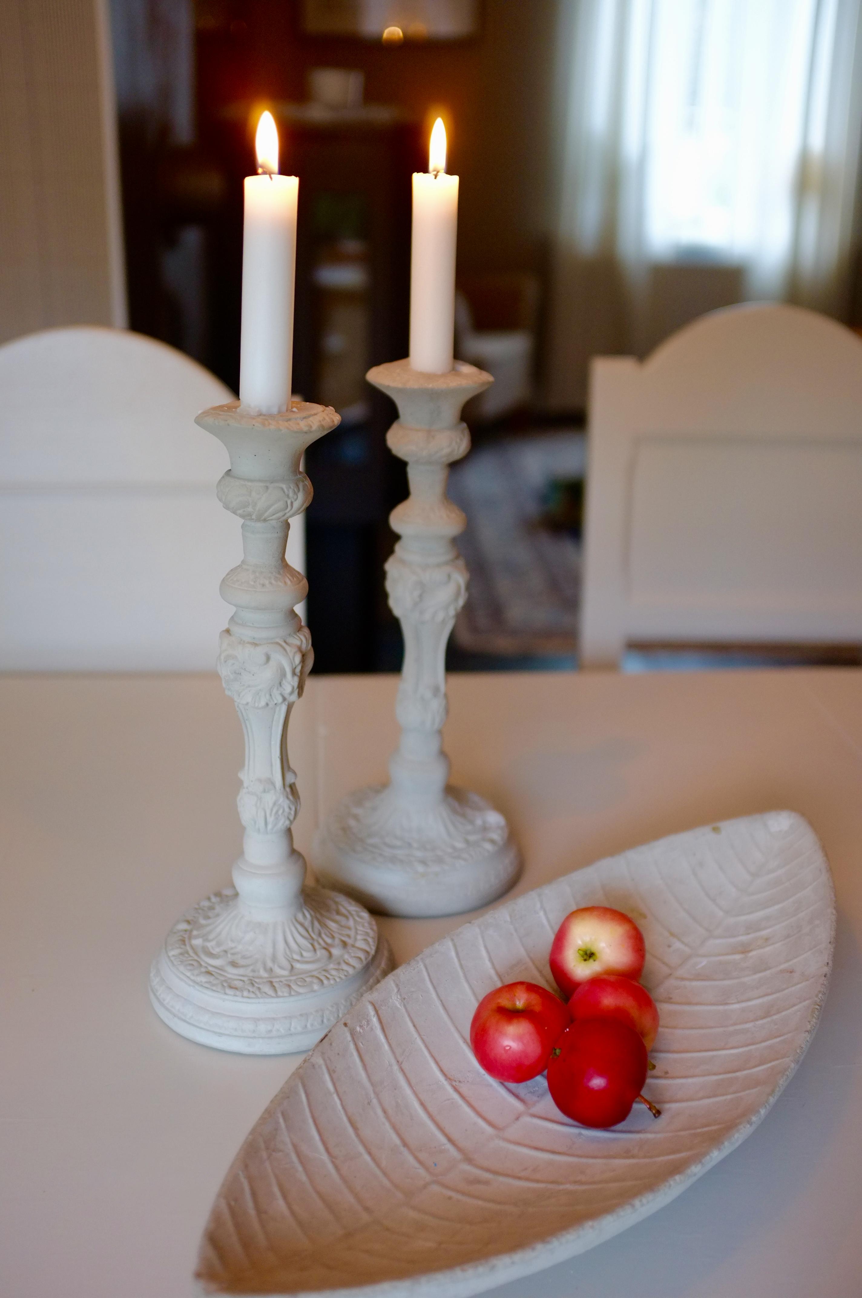 Ljusstakar av Tove Adman och röda äpplen från trädgården
