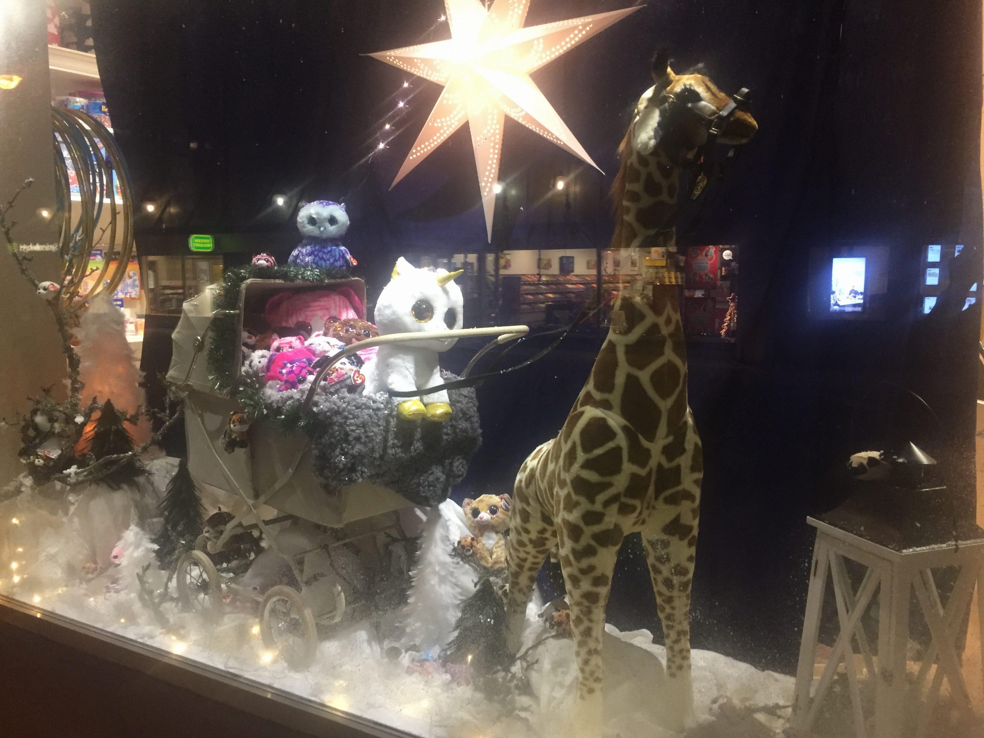 Vårt fina Ty fönster med Affe giraff som ren.