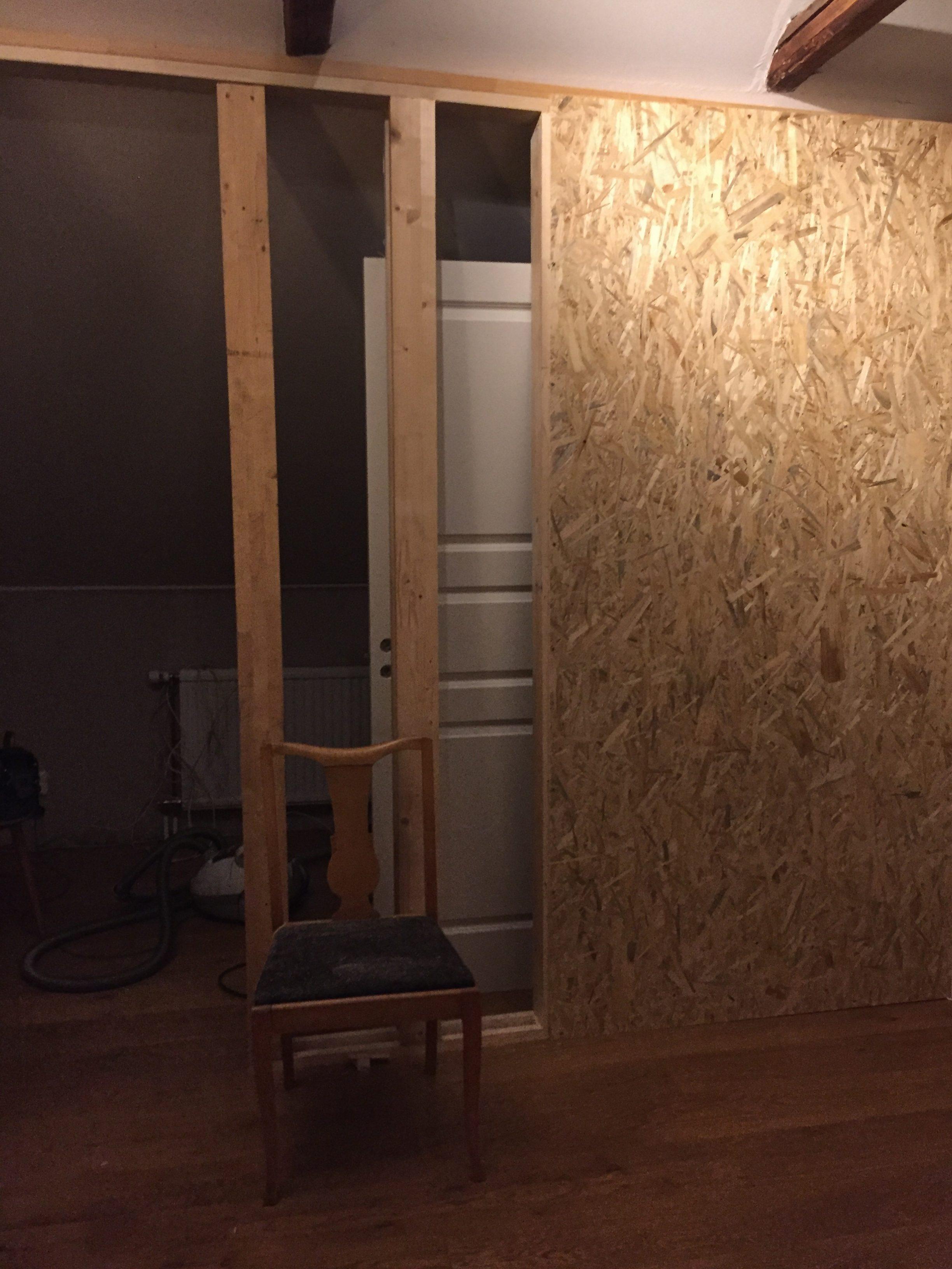 På delar av denna vägg kommer vår tv att sitta.