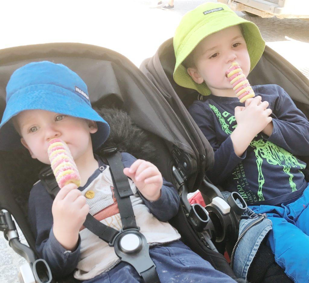 gravid i vecka 23 - bröderna firar MVC-besök med glass